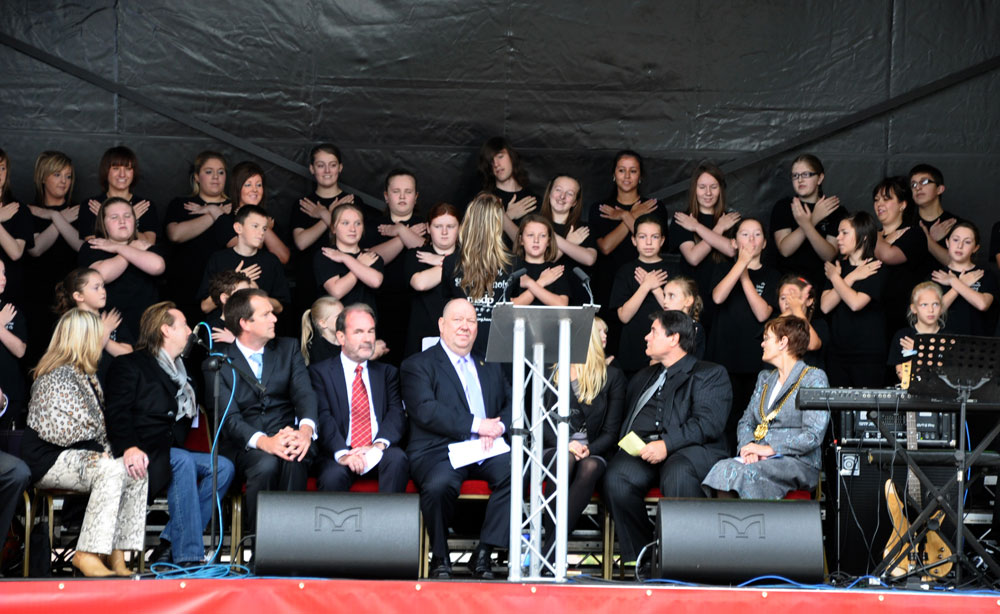 The Liverpool Signing Choir perform Imagine. photo © Minako Jackson