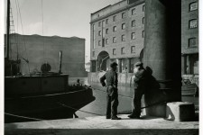 Stevedores, Albert Dock, 1945 © National Trust Images/Edward Chambré Hardman Collection, Liverpool