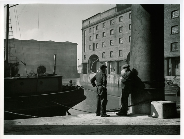 Stevedores, Albert Dock, 1945 © National Trust Images/Edward Chambré Hardman Collection, Liverpool